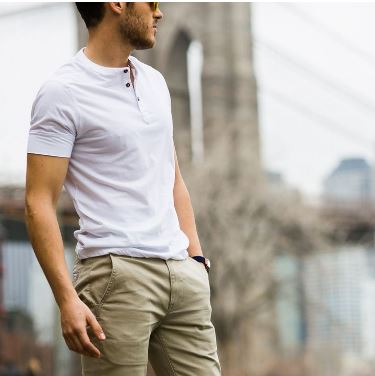 ecb2a164868f Οι henley μπλούζες είναι καλύτερες από τα κλασικά T-shirts. Στην  πραγματικότητα είναι ένα μπλουζάκι χωρίς γιακά με λίγα κουμπιά μπροστά