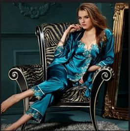 saten-pyjamas-woman
