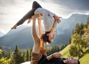 aerial yoga zeugari tropos epikoinwnias armonia