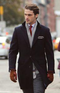 navy blue palto, kafe gantia, gkri foulari, leuko poukamiso, kokkini gravata