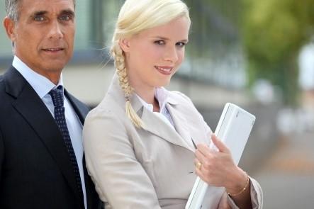 ραντεβού με μια νεότερη γυναίκα συμβουλές Μείνετε στο σπίτι μπαμπάς dating ιστοσελίδα