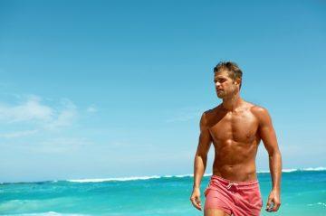 άνδρας στη παραλία - αντηλιακά