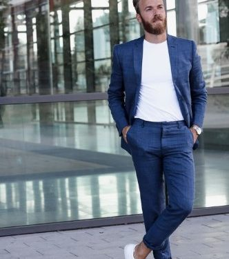casual suit με T-shirt για τα βράδια του καλοκαιριού