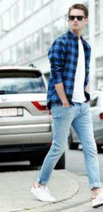 καρό πουκάμισο συνδυασμένο με τζιν παντελόνι και λευκή κοντομάνικη μπλούζα