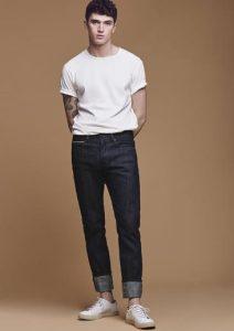 λευκό αντρικό μπλουζάκι συνδυασμένο με κλασσικό jean παντελόνι