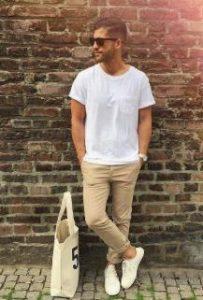 μπεζ παντελόνι με λευκό t-shirt για καλοκαιρινές εμφανίσεις