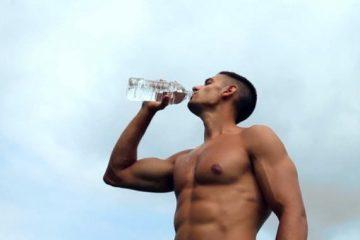 άντρας πίνει νερό μετά την γυμναστική