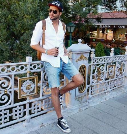 τζιν βερμούδα με λευκό πουκάμισο και μαύρα sneakers