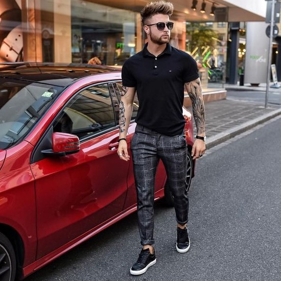 καρό slim-fit παντελόνι με μαύρο T-shirt polo και sneakers