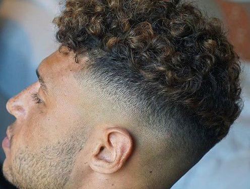 ανδρικό fade κοντό κούρεμα για σγουρά μαλλιά