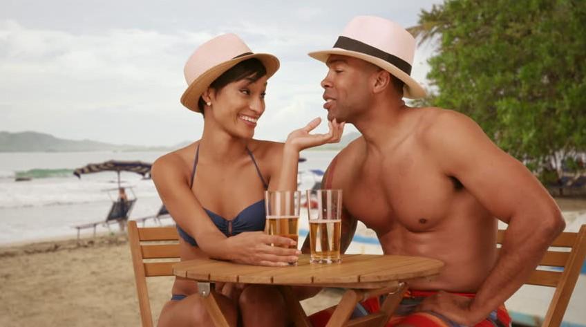 tips πως να φλερτάρεις στο beach bar