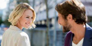 γυναίκα και άντρας κοιτάζονται