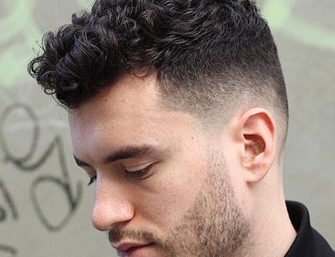 ανδρικό mild fade κούρεμα για κοντό σγουρό μαλλί