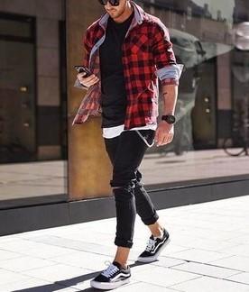 μαύρο skinny τζιν και sneakers με πουκάμισο