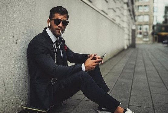 κοστούμι με μαύρα sneakers