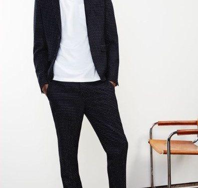 κοστούμιε με λευκό T-shirt και μαύρα sneakers