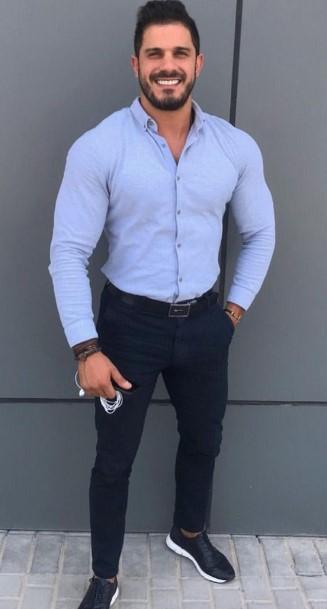 σκουρόχρωμο slim-fit παντελόνι με μαύρα sneakers και γαλάζιο πουκάμισο
