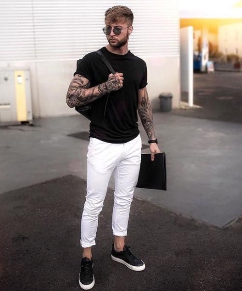 λευκό παντελόνι chinos με μαύρο T-shirt και sneakers