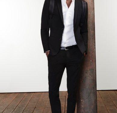 μαύρο κοστούμι με λευκό πουκάμισο και sneakers