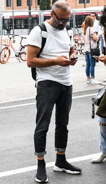 σούρο τζιν με λευκό T-shirt και μαύρα sneakers