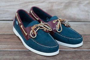 μπλε σουέντ boat-shoes με μπορντό λεπτομέρειες