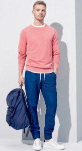 ροζ αντρικό πουλόβερ συνδυασμένο με μπλε αθλητική φόρμα