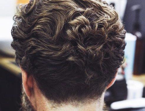 slick back κούρεμα για σγουρά μαλλιά μεσαίου μήκους