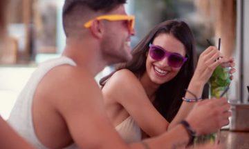tips για να φλερτάρεις στο beach bar