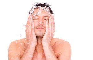 άντρας πλένει το πρόσωπο του