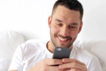 άντρας στέλνει μήνυμα σε γυναίκα