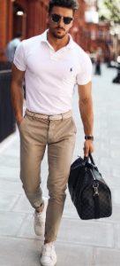 μπεζ chinos παντελόνι με T-shirt polo