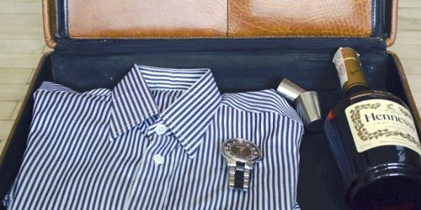 διπλωμένο πουκάμισο μέσα σε βαλίτσα ώστε να μην τσαλακωθεί