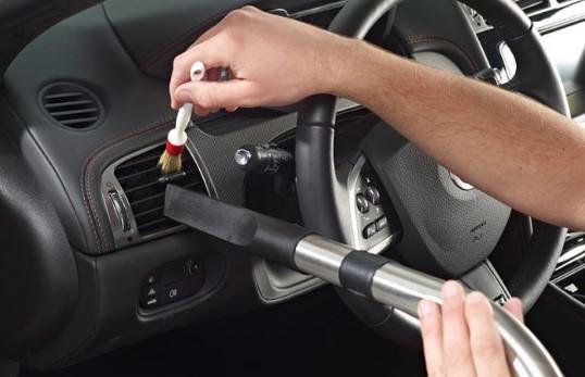 καθαρισμός αεραγωγών αυτοκινήτου με πινέλο
