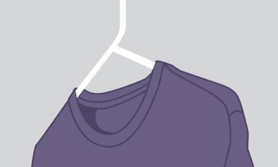 κρεμασμένη μπλούζα για να μην έχει τσαλακώματα