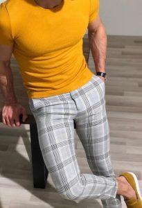 καρό παντελόνι με T-shirt