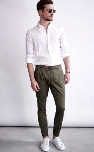 πλισέ παντελόνι με λευκό πουκάμισο και sneakers
