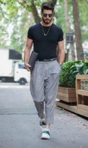 γκρι πλισέ παντελόνι με μαύρο T-shirt