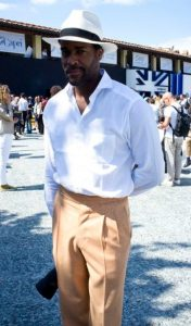 πλισέ μπεζ παντελόνι με λευκό πουκάμισο