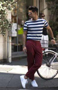 πλισέ παντελόνι με ριγέ T-shirt