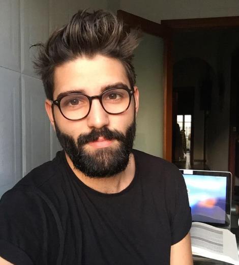άντρας φοράει γυαλιά μυωπίας
