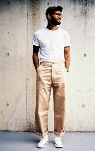 wide-leg μπεζ παντελόνι με T-shirt