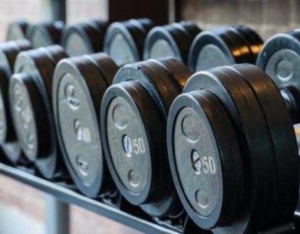 σταδιακή αύξηση των κιλών που σηκώνεις για αυξημένη μυϊκή ανάπτυξη