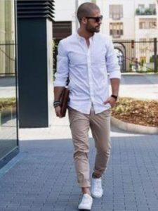 chino αντρικό παντελόνι συνδυασμένο με λευκό πουκάμισο