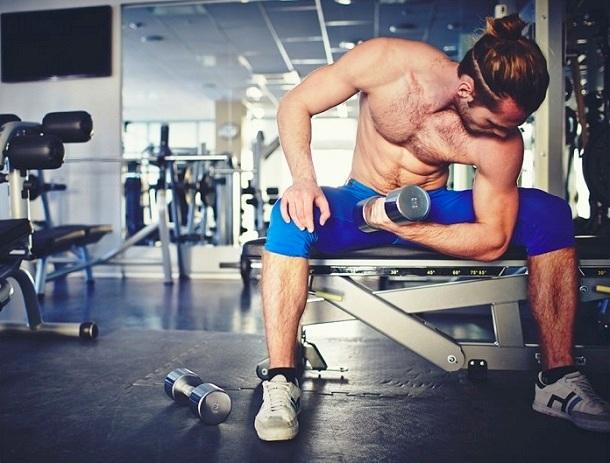 άντρας γυμναστήριο βάρη