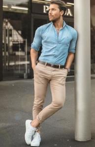 παντελόνι chinos με λευκά sneakers