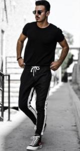 jogger παντελόνι με μαύρα πάνινα παπούτσια