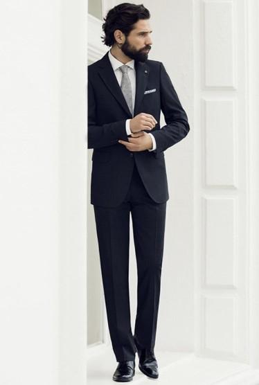 μπλε κοστούμι με λευκό πουκάμισο και γκρι γραβάτα