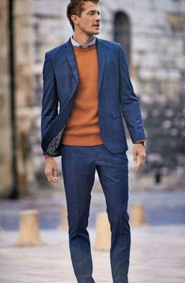 μπλε κοστούμι με πουλόβερ και πουκάμισο