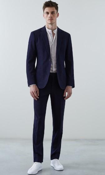 μπλε κοστούμι με λευκό πουκάμισο χωρίς κολάρο
