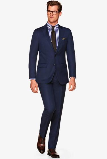 μπλε κοστούμι με ριγέ πουκάμισο
